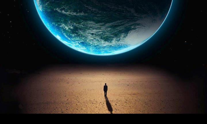 Homem sozinho olhando para a terra do espaço