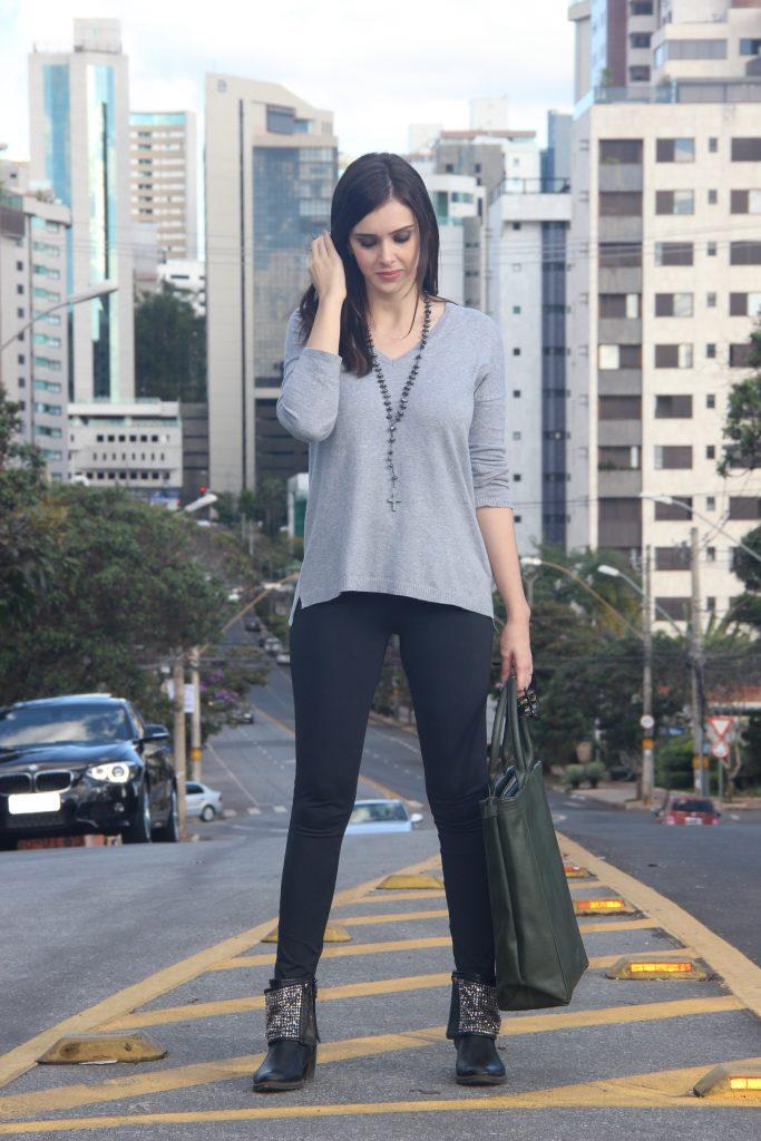 Blusa Cinza, Legging Preta e Acessórios