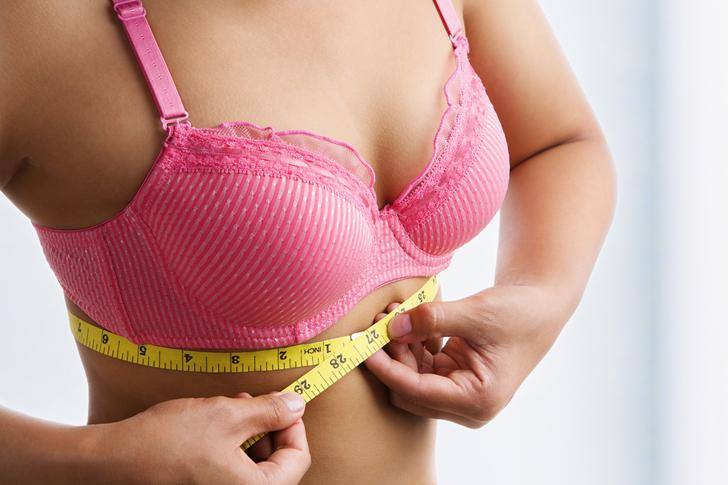 Mulher com fita métrica medindo o busto