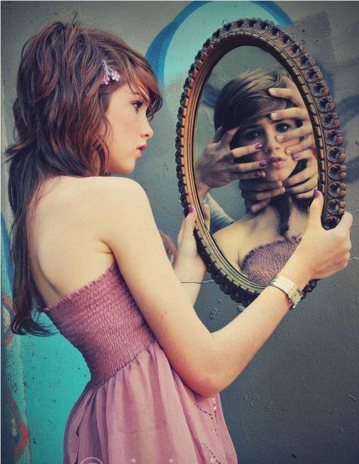 Menina olhando no espelho