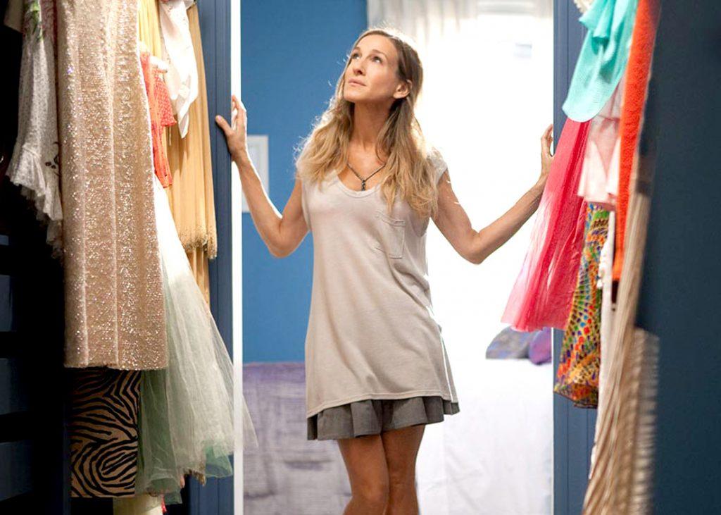 Carrie Brasdshaw olhando seu closet