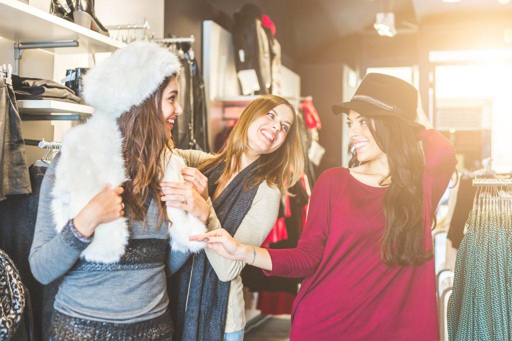 três mulheres fazendo compras