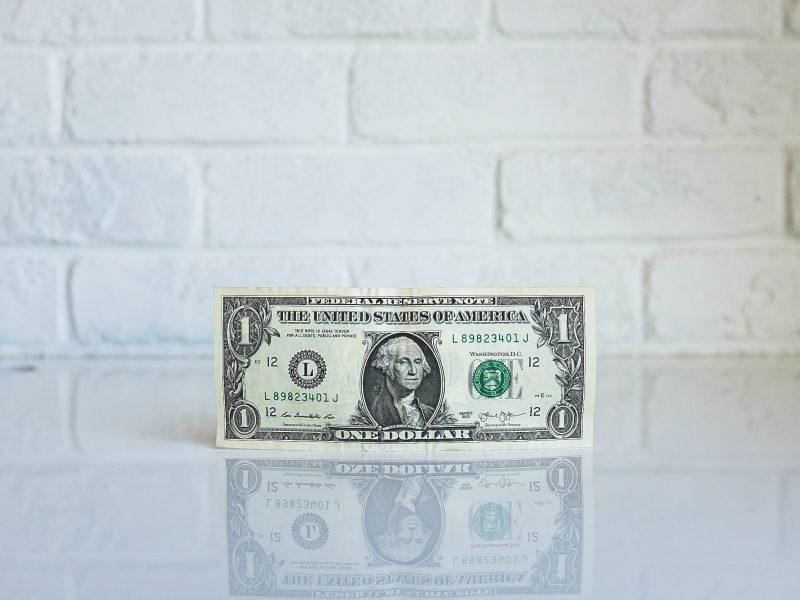 nota de dollar em cima de bancada branca