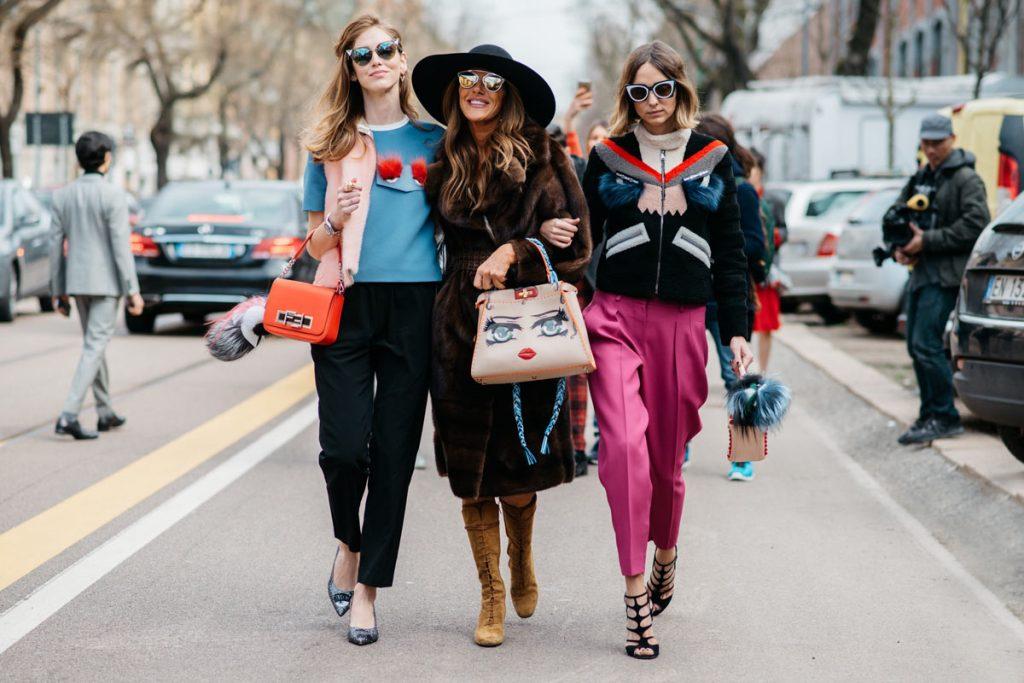 Três amigas andando na rua