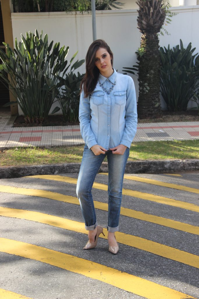 Look monocromático jeans