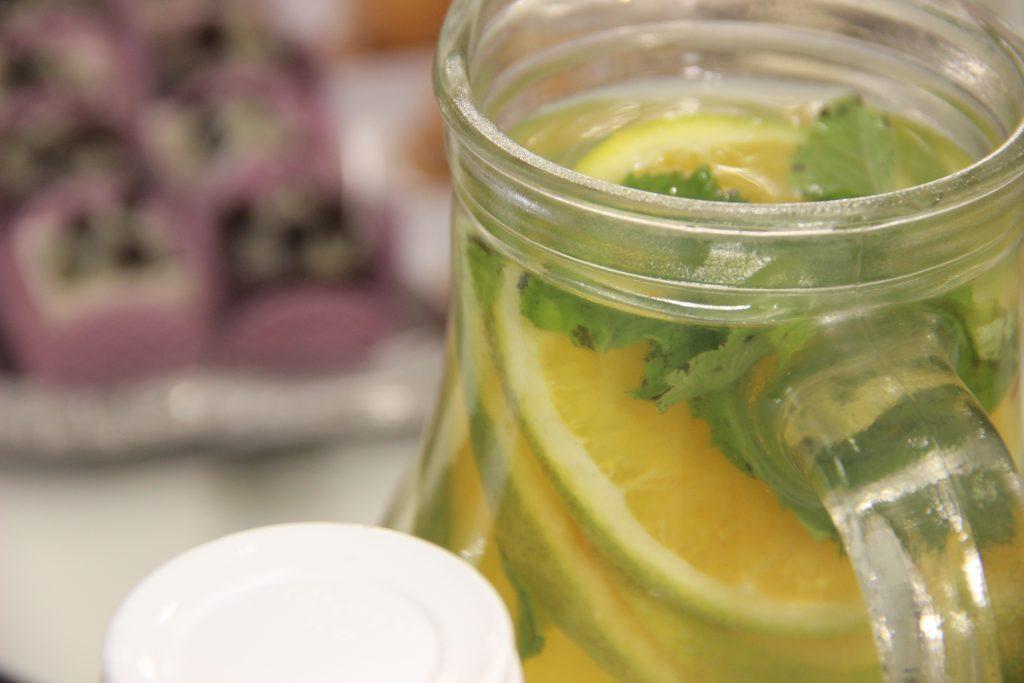 Água aromatizada com laranja e hortelã