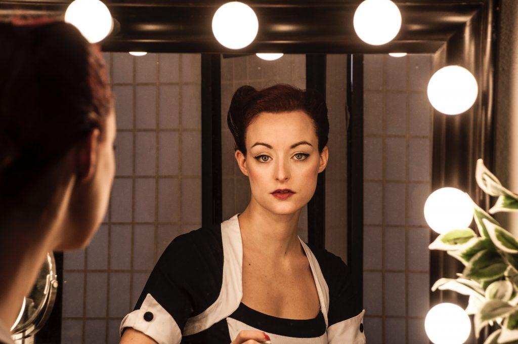 Mulher de frente pro espelho