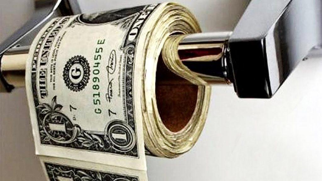 rolo de papel higiênico feito de dinheiro